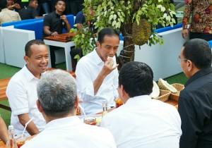 Presiden Jokowi menikmati Durian Sibolang, di Jalan Iskandar Muda, Medan, Sumatera Utara, Sabtu (16/3) sore. (Foto: Dinda M/Humas)