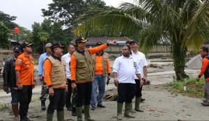 Kepala BNPB Doni Monardo memimpin evakuasi korban banjir bandang di Sentani, Jayapura, Papua, Selasa (19/8). (Foto: Humas BNPB)