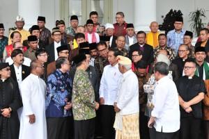 Presiden Jokowi berbincang dengan pimpinan FKUB di halaman Istana Kepresidenan Bogor, Jabar, Senin (18/3) siang. (Foto: JAY/Humas)
