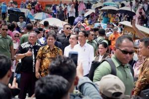 Presiden Jokowi didampingi Ibu Negara Iriana menghadiri acara Gebyar Bakso Merah Putih di Bekasi, Minggu (3/3) siang. (Foto: OJI/Humas)