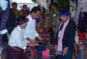 Dengan memakai sarung tenun khas NTT, Presiden Jokowi didampingi Ibu Negara Iriana meninjau Festival Sarung Indonesia Tahun 2019 di Plaza Tenggara Gelora Bung Karno, Senayan, Jakarta Pusat, Minggu (3/3) sore. (Foto: OJI/Humas)