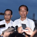 President Jokowi answers questions from reporters regarding floods in Sentani-Papua, at JITC Tanjung Priok, on Sunday (17/3). (Photo: Presidential Secretariat)