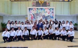 Seskab Pramono Anung didampingi Waseskab Ratih Nurdiati berfoto bersama para CPNS Setkab, di lobi Gedung III Kemensetneg, Jakarta, Jumat (1/3) siang. (Foto: AGUNG/Humas)
