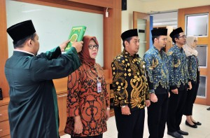 Three government translators and two librarians at Ministry of State Secretariat are inaugurated by Head of Human Resources Bureau, at office of Ministry of State Secretary, Jakarta, Friday (29/3). (Photo: Jay/PR)