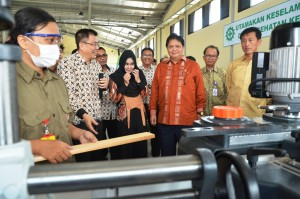 Minister of Industry Airlangga Hartarto visits Kendal Industrial Zones in Central Java last month, photo by: PR of Ministry of Industry