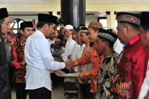 Presiden Jokowi menyerahkan sertifikat tanah wakaf, di Masjid Baiturrahman, Limboto, Kabupaten Gorontalo, Provinsi Gorontalo, Jumat (1/3) siang. (Foto: JAY/Humas)