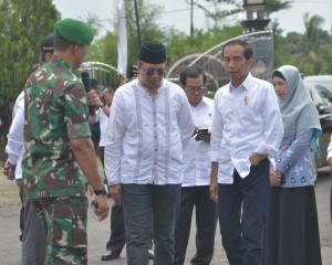 Presiden Jokowi saat meninjau lokasi penerima bantuan rumah rusak berat, sedang dan ringan di Lombok Barat, NTB, Jumat (22/3). (Foto: Humas/Deni).