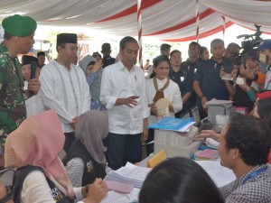 Presiden Jokowi saat meninjau mekanisme Pencairan Bantuan Dana Stimulan Rumah Rusak Berat, Sedang, dan Ringan Di Gedung Hakka, Lombok Barat, NTB, Jumat (22/3). (Foto: Humas/Deni)