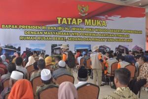 Para penerima Bantuan Dana Stimulan Rumah Rusak Berat, Sedang, dan Ringan Di Gedung Hakka, Lombok Barat, NTB, Jumat (22/3). (Foto: Humas/Deni)