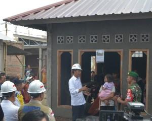 Presiden saat berdialog dengan warga yang menerima program rehab/rekonstruksi rumah tahan gempa di Desa Pengempel Indah, Mataram, NTB, Jumat (22/3). (Foto: Humas/Deni)