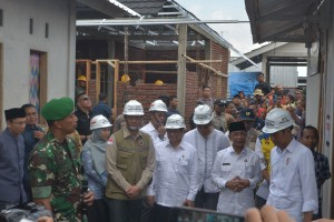 President Jokowi inspects the acceleration of reconstruction of earthquake-resistant houses in Pengempel Indah Village, Mataram, NTB, Friday (22/3). (Photo by: Deni/PR)
