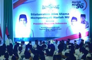 Presiden Jokowi memberikan sambutan pada menghadiri Silaturrahim Alim Ulama dalam Memperingati Harlah NU, di Pondok Pesantren Salafi Asri, Tegalrejo, Kabupaten Magelang, Sabtu (23/3) sore. (Foto: Rahmat/Humas)