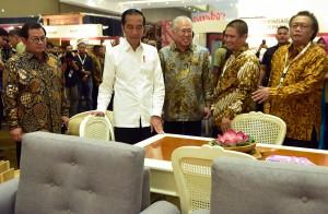Presiden Jokowi didampingi Mendag dan Seskab meninjau Indonesia Internasional Furniture Expo (IFEX) 2019 di JI-Expo Kemayoran, Jakarta Pusat, Rabu (13/3) siang. (Foto: Rahmat/Humas)
