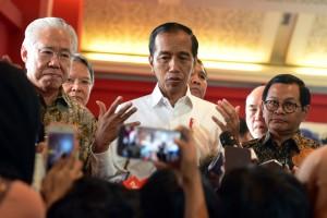 Presiden Jokowi didampingi Seskab dan Mendag menjawab wartawan usai meninjau Indonesia Internasional Furniture Expo (IFEX) 2019 di JI-Expo Kemayoran, Jakarta Pusat, Rabu (13/3) siang. (Foto: Rahmat Humas)