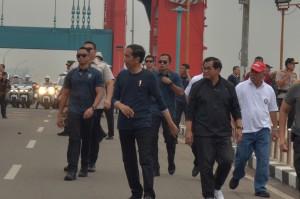 Presiden Jokowi didampingi Seskab Pramono Anung dalam acara Deklarasi Millennials Safety Road yang dipusatkan di sekitar Jembatan Ampera, Kota Palembang, Sumatra Selatan, Sabtu, (9/3). (Foto: Humas/Nia)