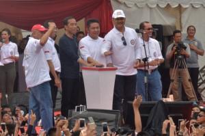 Presiden saat Deklarasi Millenial Road Safety Festival, di Jembatan Ampera, Kota Palembang, Sumatra Selatan, Sabtu (9/3). (Foto: Humas/Nia)