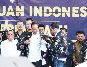 President Jokowi wears an AMPI Jacket on the Indonesian Youth Renewal Generation (AMPI) Cadres Meeting at Merdeka Square, Medan, Saturday (16/3). (Photo by: Dinda/PR).
