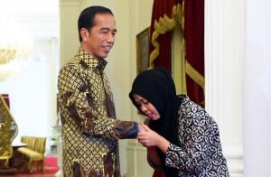 Siti Aisyah mencium tangan Presiden Jokowi saat diterima di Istana Merdeka, Jakarta, Selasa (12/3) siang. (Foto: Rahmat/Humas)