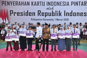 Presiden Jokowi menyerahkan KIP untuk siswa-siswi SD, SMTP, dan SMTA, di Gelanggang Olahraga David - Tonny, Limboto, Kabupaten Gorontalo, Kamis (1/3) siang. (Foto: JAY/Humas)
