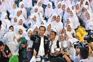 President Jokowi takes a wefie with the KIP recipients at the David-Tonny Sports Center, Limboto, Gorontalo Regency, Friday (1/3). (Photo by: Jay/Humas).