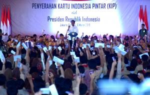 President Jokowi counts the Smart Indonesia Card (KIP) received by 3,300 students at Lebak Bulus, Jakarta, Wednesday (6/3). (Photo: Rahmat/PR)