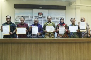 Komisioner KPU menunjukkan hasil verifikasi terhadap LADK usai rapat pleno, di Gedung KPU, Jakarta, Kamis (21/3). (Foto: Humas KPU)