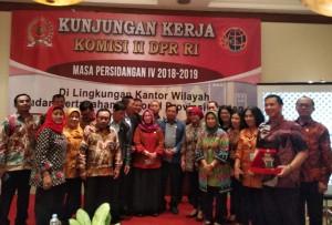 Rombongan anggota Komisi II DPR RI dipimpin Herman Khaeran berfoto bersama dengan jajaran Kanwil BPN Banten, di Hotel Aryaduta, Tangerang. (Foto: Said M/Humas)