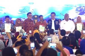 Presiden Jokowi didampingi Gubernur Sultra Ali Mazi berfoto bersama perwakilan penerima sertifikat tanah, di Gedung Bahteramas, Kendari, Sabtu (2/3) siang. (Foto: Rahmat/Humas)