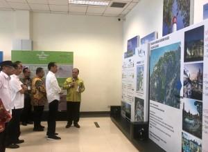 Presiden Jokowi mendapatkan penjelasan tentang maket KEK Tanjung Kelayang, di Bandara Depati Amir, Pangkal Pinang, Babel, Kamis (14/3) pagi. (Foto: Rahmat/Humas)