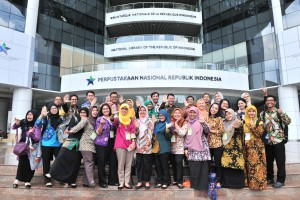Para peserta Diklat Penjenjangan Penerjemah Tingkat Pertama berfoto bersama usai berkunjung ke Perpustakaan Nasional, Jakarta, Jumat (22/3). (Foto: Humas/Jay).