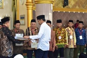 Presiden Jokowi menyerahkan 814 sertifikat tanah wakaf, di Masjid Istiqlal, Terbanggi Besar, Kabupaten Lampung Tengah, Jumat (8/3) siang. (Foto: Deny S/Humas)