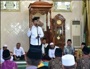 Presiden Jokowi memberikan sambutan pada acara penyerahan 814 sertifikat tanah wakaf, di Masjid Istiqlal, Terbanggi Besar, Lampung Tengah, Jumat (8/3). (Foto: Deny S/Humas)