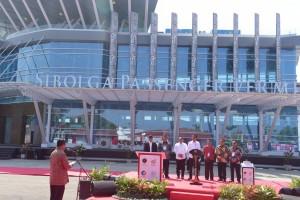 Menhub Budi K. Sumadi menyampaikan laporan saat peresmian Pelabuhan Sambas, Sibolga, Sumut, Minggu (17/3) pagi. (Foto: OJI/Humas)