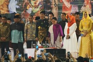 Presiden Jokowi didampingi Ibu Negara Iriana menyaksikan Pagelaran Budaya Lintas Etnis, di Stadion Telada, Medan, Sumut, Sabtu (16/3) malam. (Foto: Dinda M/Humas)