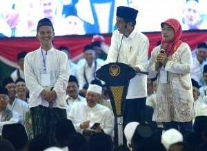 Presiden Jokowi berdialog dengan peserta acara Silaturahimdengan Kiai dan Tokoh se-Eks Karesidenan Kedu, di Gedung Tri Bhakti, Kota Magelang, Jawa Tengah, Sabtu (23/3) siang. (Foto: Rahmat/Humas)