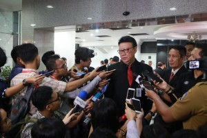 Minister of Home Affairs Tjahjo Kumolo answers reporters' questions after attending an oath-taking ceremony of Deputy Chairman of the Constitutional Court (MK) for 2019-2021 period at MK Building, Jakarta, Tuesday (26/3). (Photo: PR Division of Ministry of Home Affairs)