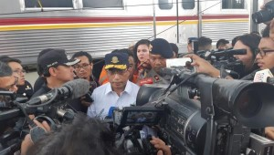 Minister of Transportation Budi K. Sumadi inspects the scene of derailed train in Kebon Pedes, Bogor, West Java, Sunday (10/3). (Photo by: Ministry of Transportation PR)