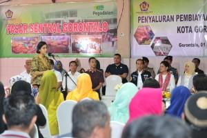 Menkeu Sri Mulyani Indrawati menyampaikan laporan saat Presiden Jokowi meninjau penyaluran UMi, di Pasar Sentral, Kota Gorontalo, Provinsi Gorontalo, Jumat (1/3) pagi. (Foto: JAY/Humas)