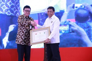 Coordinating Minister for Political, Legal and Security Affairs Wiranto receives certificate from Minister of Home Affairs Tjahjo Kumolo after opening National Coordination Meeting, at Grand Paragon Hotel, Jakarta, Wednesday (27/3). (Photo: PR Division of Ministry of Home Affairs)