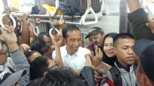 President Jokowi rides Commuter Line from Tanjung Barat Station to Bogor Station, Wednesday (6/3). Photo by: IST