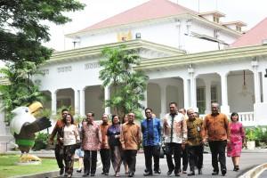 Pengurus PGI berjalan di komplek Istana Kepresidenan, Jakarta, usai diterima Presiden Jokowi, di Istana Merdeka, Jakarta, Selasa (5/3) siang. (Foto: JAY/Humas)