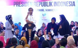 Presiden Jokowi berdialog dengan penerima PKH, di Pangkal Pinang, Babel, Kamis (14/3) siang. (Foto: Rahmat/Humas)