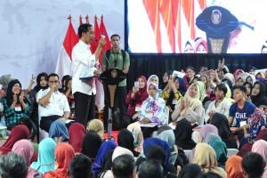 Presiden Jokowi menghadiri acara Sosialisasi Program Keluarga Harapan (PKH) dan Bantuan Pangan Non Tunai (BPNT) di Gelanggang Olahraga (GOR) Bulungan, Kebayoran Baru, Jakarta Selatan, Rabu (6/3) sore. (Foto: JAY/Humas)