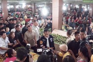 Ratusan warga terus mengikuti kunjungan Presiden Jokowi ke Pasar Petisah, Medan, Sumut, Sabtu (16/3) pagi. (Foto: Dinda M/Humas)