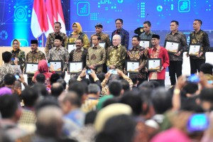 President Jokowi accompanied by Trade Minister takes group photo with awardees at the opening of the Ministry of Trade Working Meeting, at Hall 3a ICE BSD, Tangerang Regency, Tuesday (12/3). (Photo: Jay/PR)