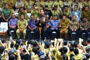 Presiden Jokowi dalam sebuah pertemuan dengan perangkat desa di Sentul, Bogor, Jabar, pertengahan Januari lalu. (Foto: Dok. Setkab)