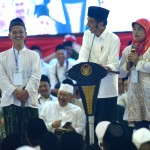 President Jokowi converses with participants of Islamic Clerics and Public Figures of former Kedu Residency Cordial Meeting at Tri Bhakti Building, Magelang City, Central Java, Saturday (23/3). (Photo by: Rahmat/PR)