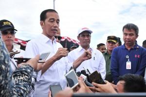 Presiden Jokowi menjawab wartawan usai melaksanakan panen jagung, di ke Desa Botuwombatu, Kabupaten Gorontalo Utara, Provinsi Gorontalo, Jumat (1/3) siang. (Foto: JAY/Humas)