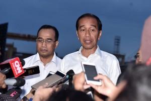 Presiden Jokowi menjawab wartawan mengenai penanganan banjir bandang di Sentani, di JITC Tanjung Priok, Jakarta, Minggu (17/3) sore. (Foto: Setpres)