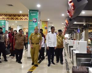Presiden Jokowi didampingi Menhub, Seskab, dan Gubernur Lampung meninjau Terminal Baru Bandara Radin Inten II, di Bandar Lampung, Lampung, Jumat (8/3) pagi. (Foto: Deny S/Humas)